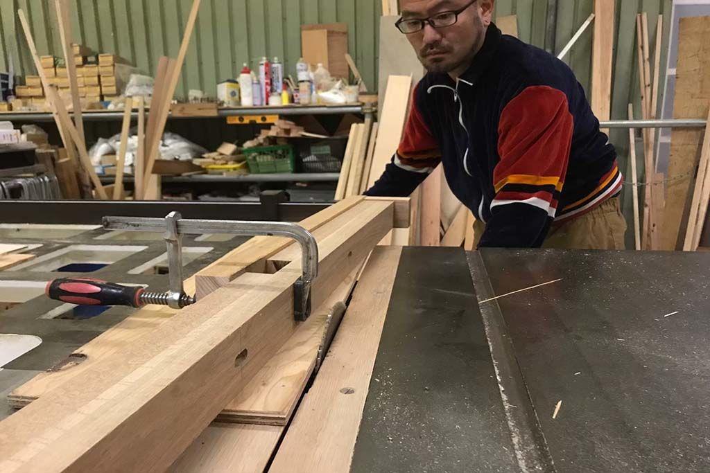 円形テーブルの天板に合わせ、ダイニングテーブルの脚を新たに製作