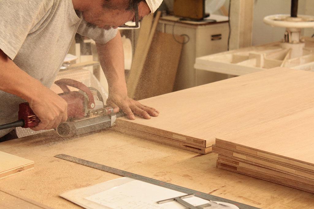 淡路島工房での家具の製作風景