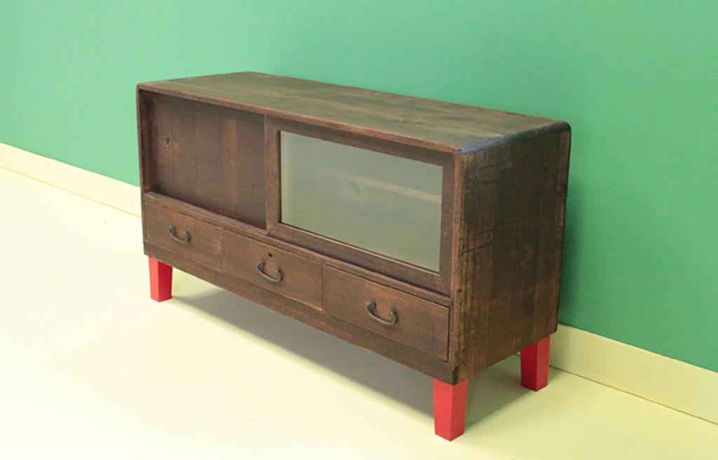 和箪笥上段の底部を補強、鮮やかな赤色の脚を製作&取り付けでテレビボードへリメイク