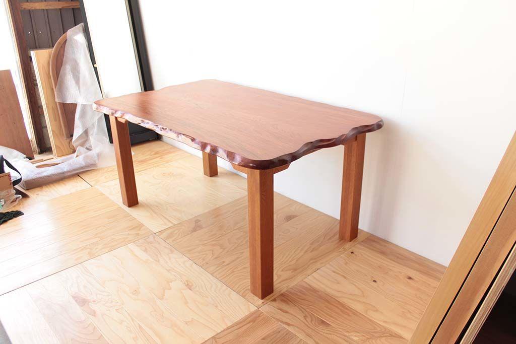無垢一枚板の良さを存分に味わえるダイニングテーブル
