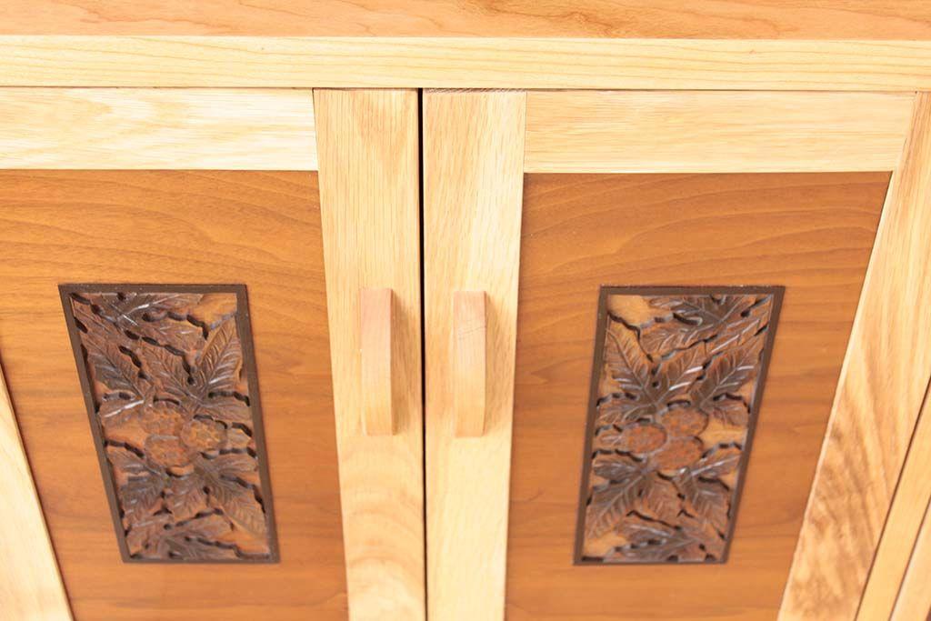 開き扉も飾り彫がいきるようカットし、新しくチェリー材のフレームで囲み、リビングボード用の扉に