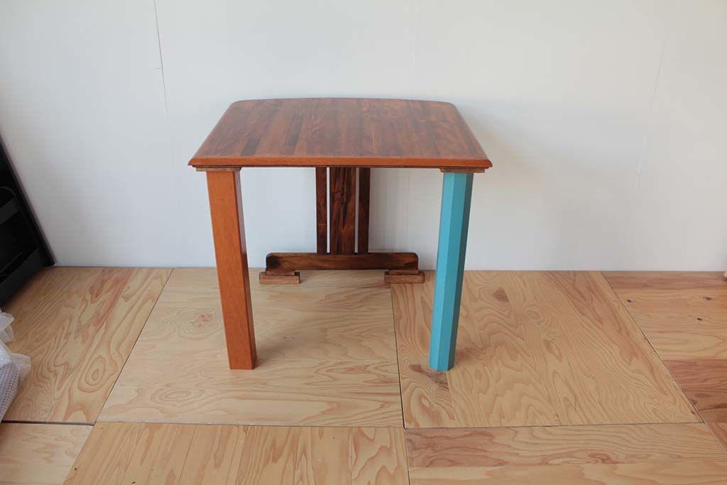 ダイニングテーブルの天板を2分割し、屋内外どちらでも使用できる2つのテーブルに