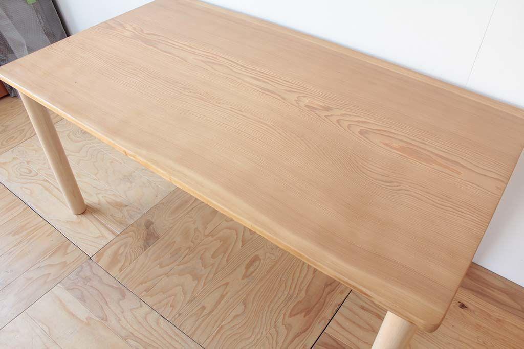 天板表面を磨き直し、マットな質感に仕上がるよう薄くウレタン塗装で仕上げ