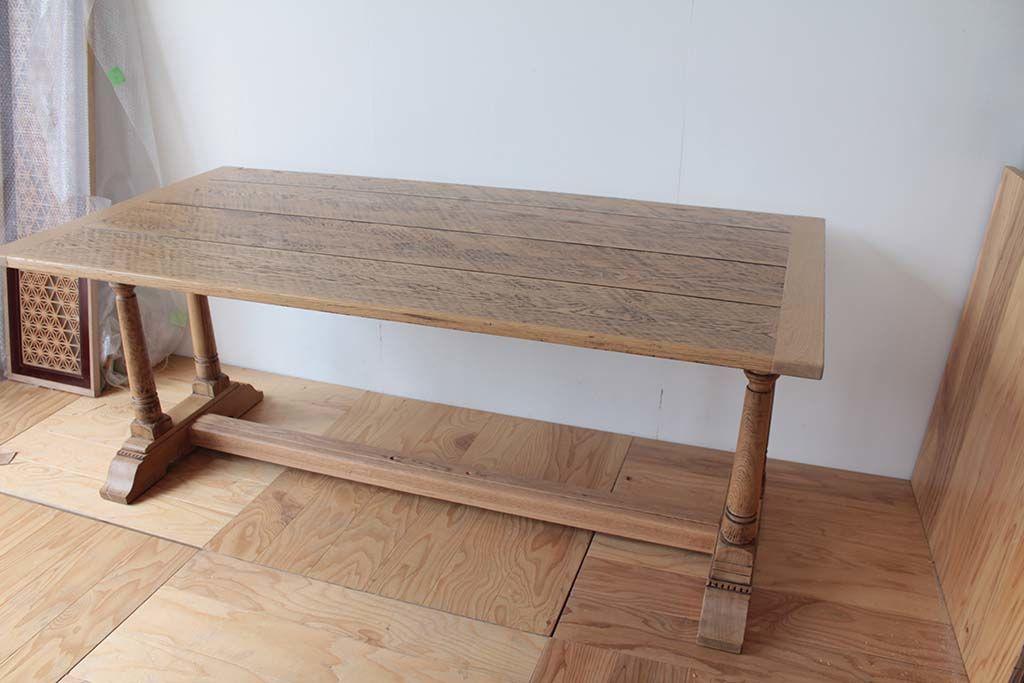 リサイズ&塗装を変更したオランダ製のダイニングテーブルの全体像(斜め上)