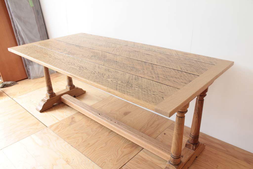 足元のアーチは外し、重厚感のあったテーブルが軽やかな雰囲気に