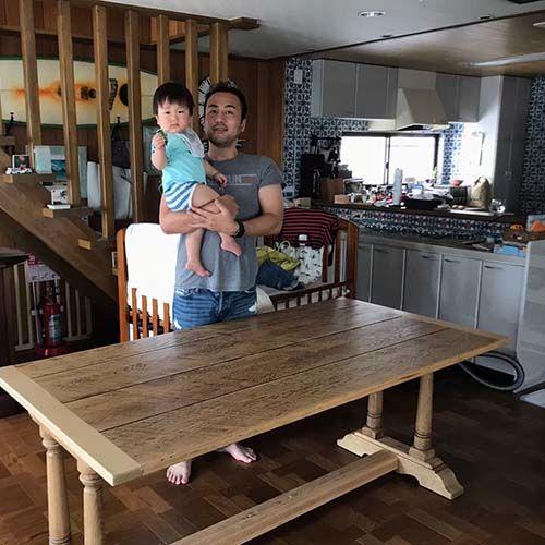 リサイズ&塗装を変更したオランダ製のダイニングテーブルの納品時、お客様と