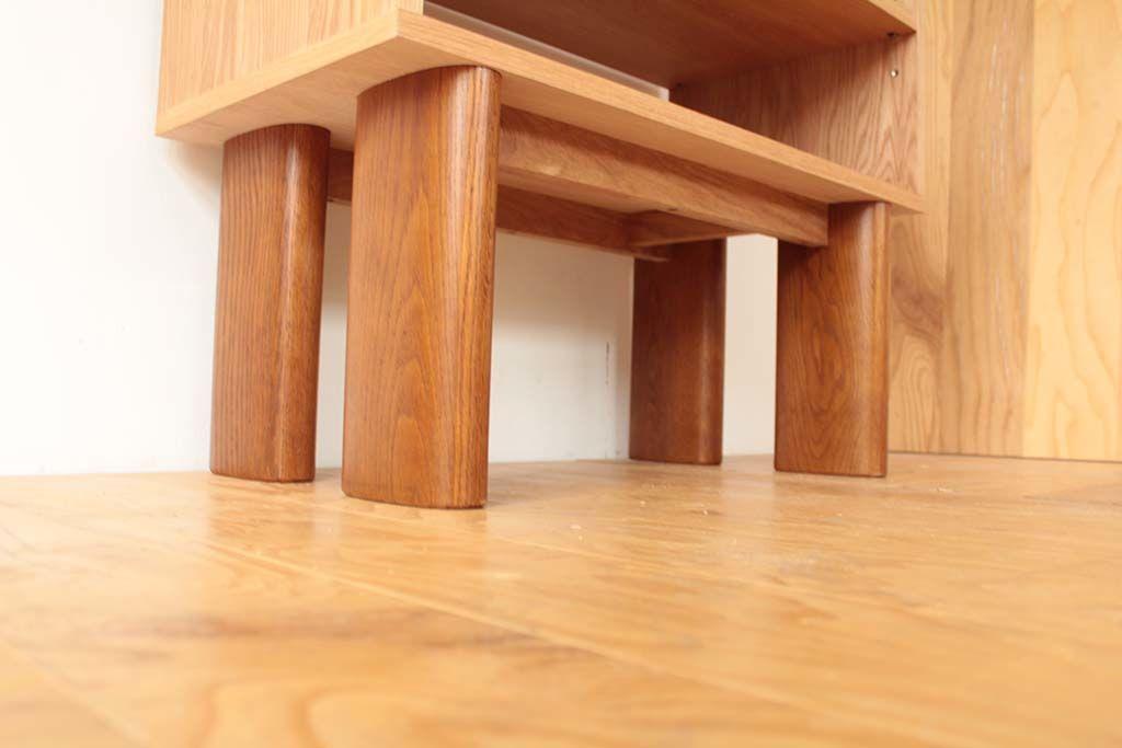 シェルフがしっかりと安定するように、脚と脚を繋ぐフレームも製作