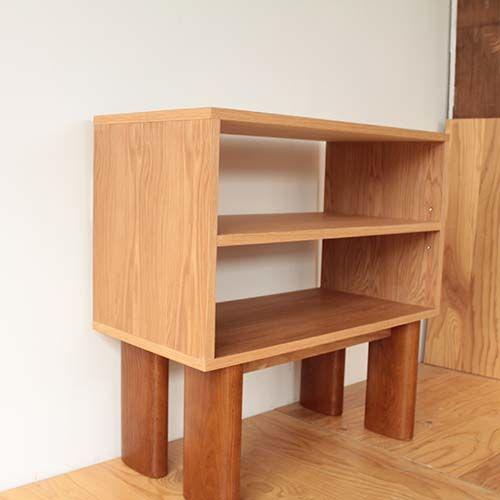 ダイニングテーブルの脚を生かし製作したキッチンシェルフの全体像(斜め前から)