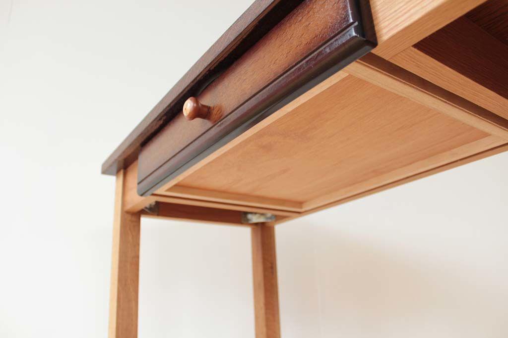引き出しは、ビューローの引き出し前板を、中身の箱は新規に製作、取っ手にはビューローの扉についていたつまみを使用