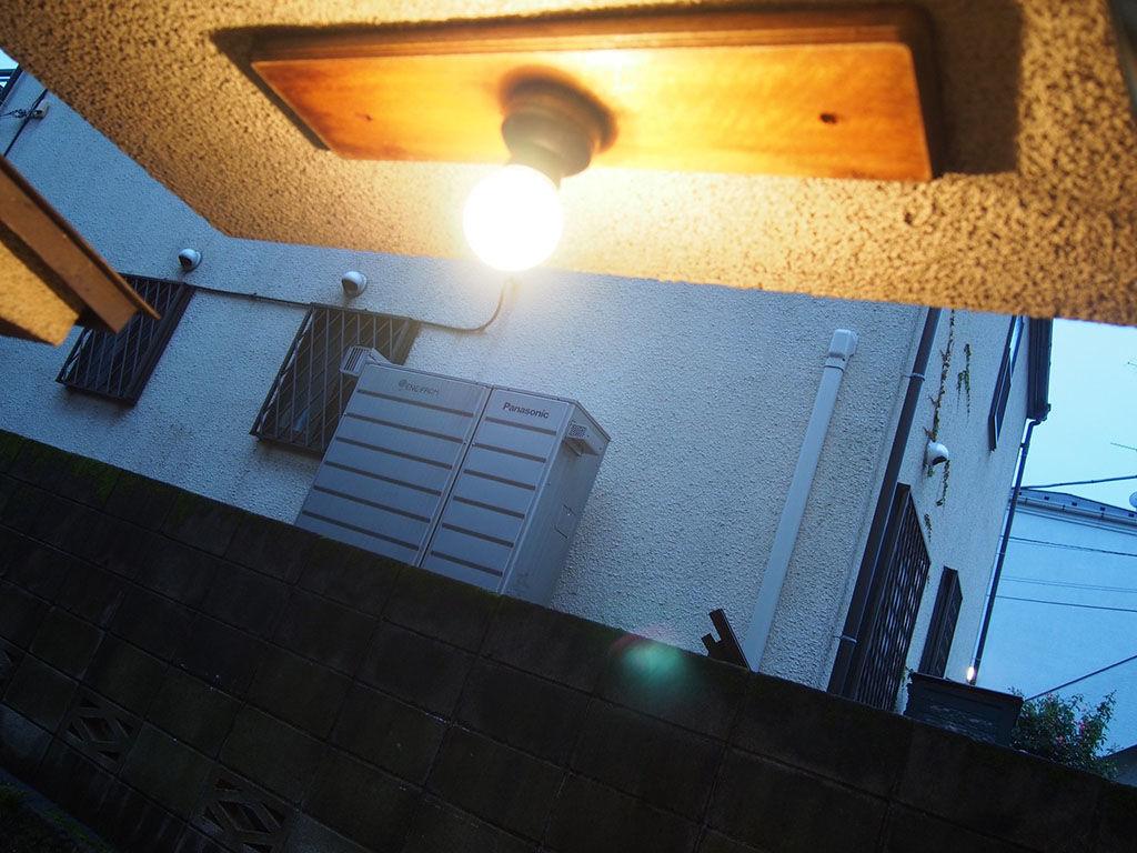 シモキタベース出入口を照らす明かり