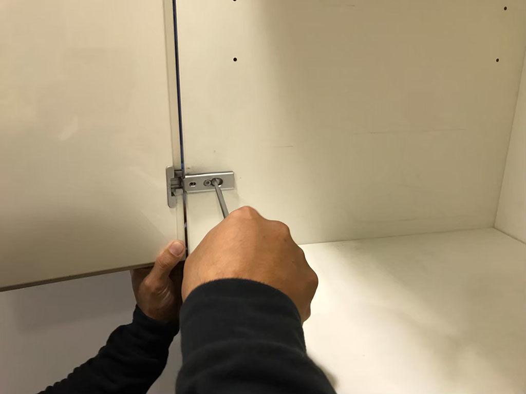 壁面収納ボードを搬出するために分解