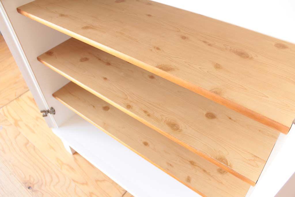 内部の棚板には温かみのあるパイン材を使用