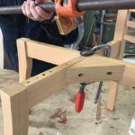 壊れた部分を直すために分解した状態の椅子の脚