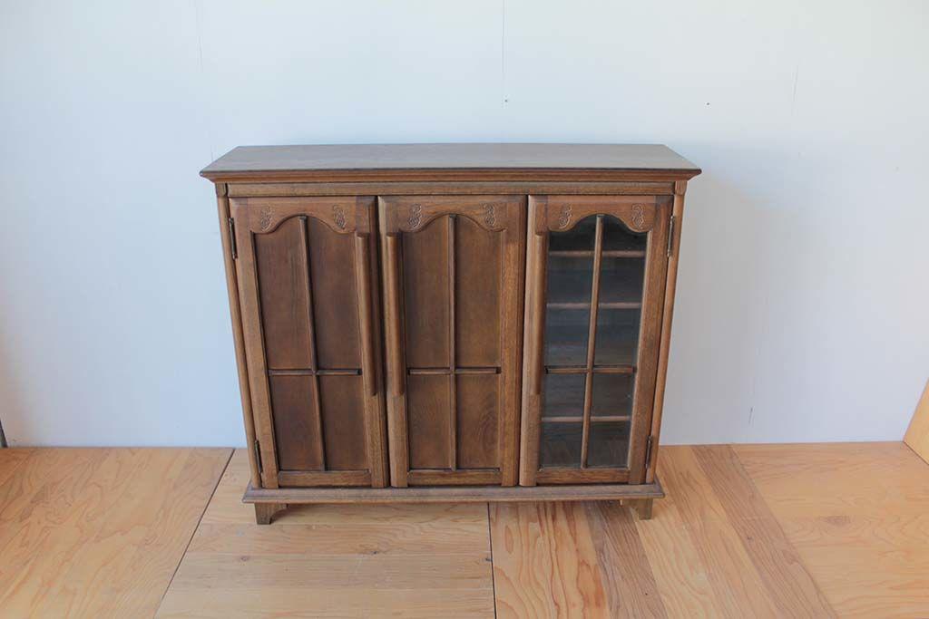 ガラス扉の枠を生かして木製扉にリメイクした3枚扉キャビネット