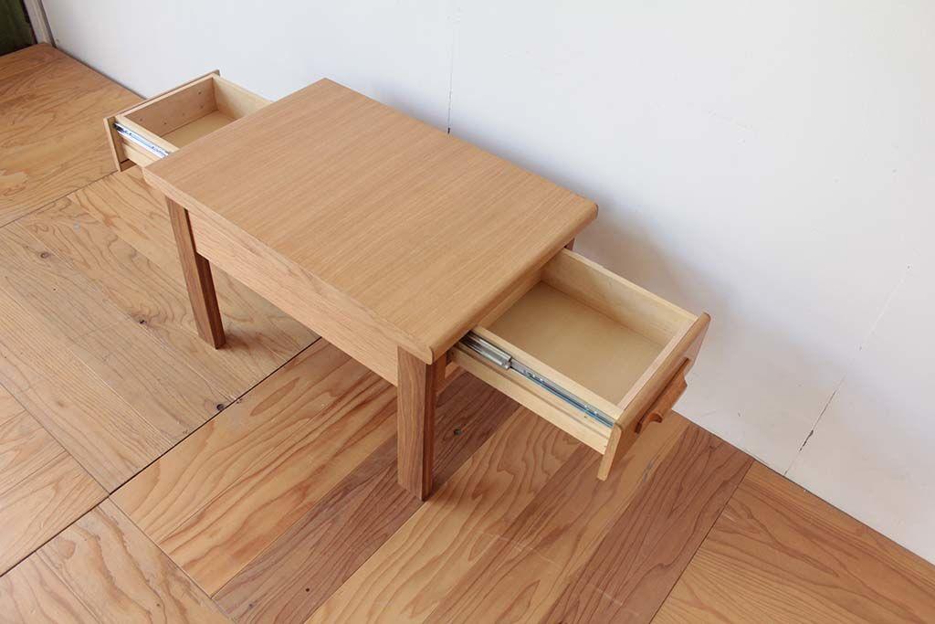 両側に引き出し付きで収納力抜群のリビングテーブル