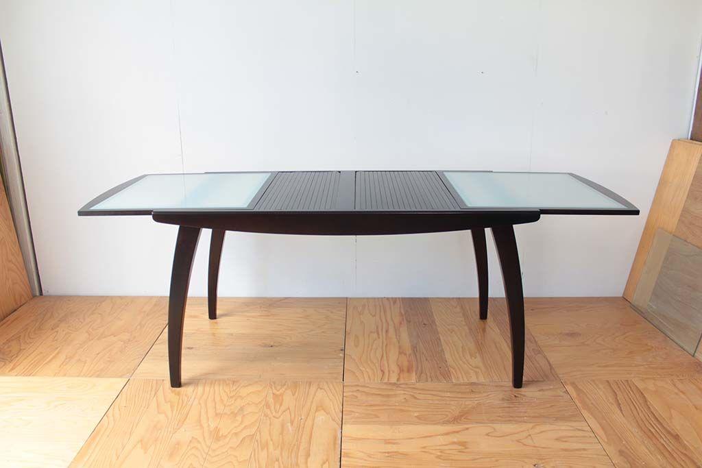 ナチュラルカラーから濃い目のウォールナットに塗装してイメージチェンジしたダイニングテーブル