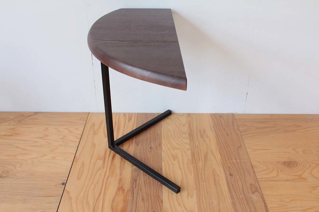 ソファの肘掛け高さに合わせてダイニングテーブルをリメイクしたサイドテーブル
