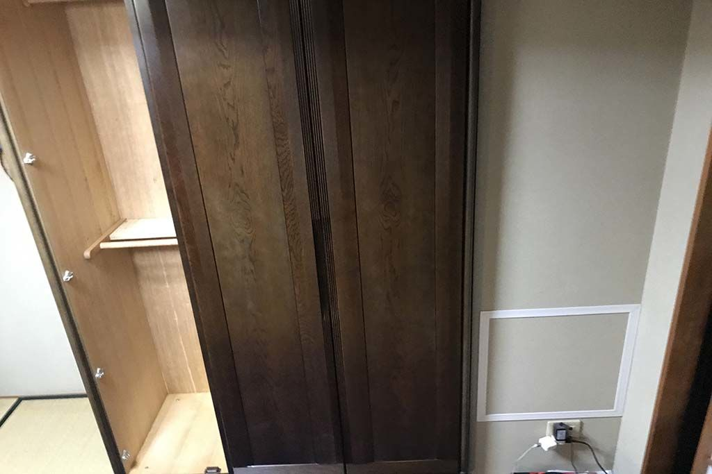 テレビボードへのリメイクには使用せず2枚扉のサイズにリメイクした婚礼タンス部分