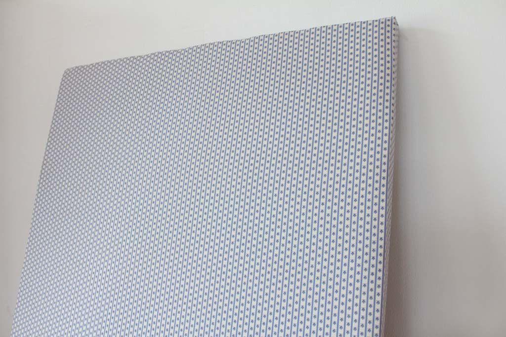 新しいクッションを入れて表の生地を張り替えたベビーベッドの床板