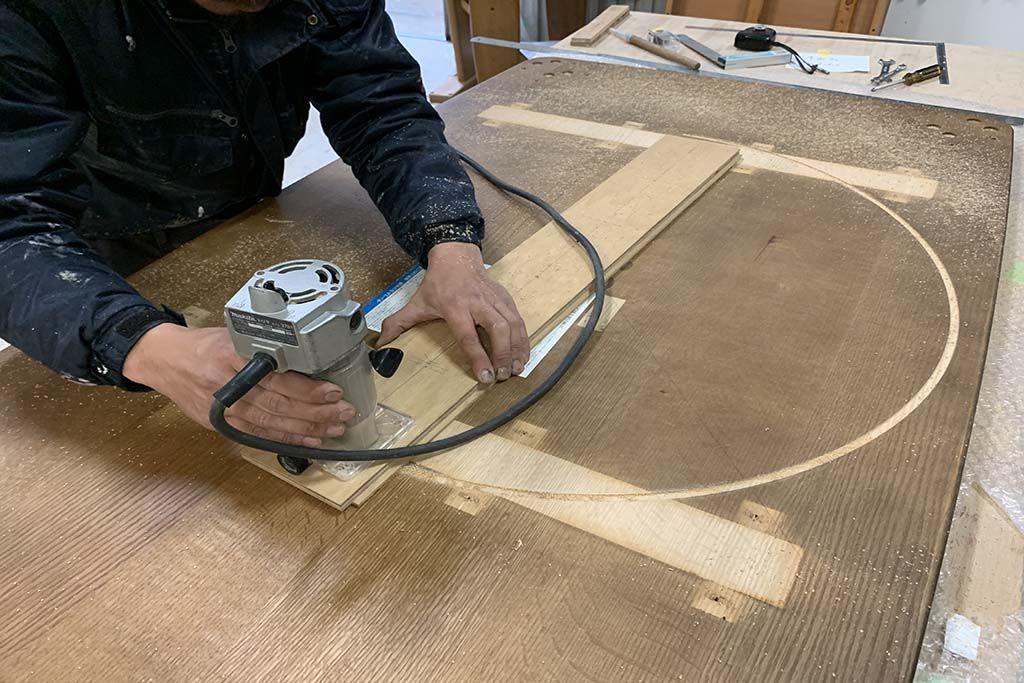 長方形の座卓を機械を使用して円形に切り出し