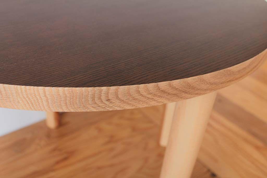 カットした断面はそのままの色でオイル仕上げにしたテーブルの天板