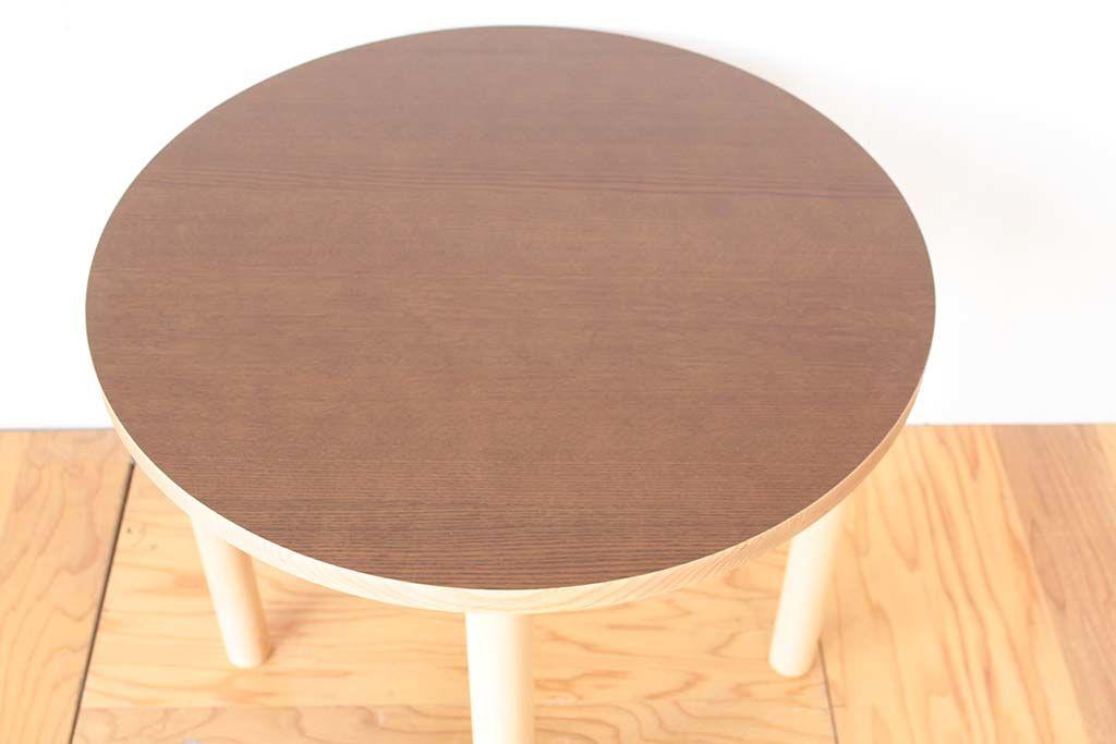 長方形から円形に切り出したテーブル天板の天面