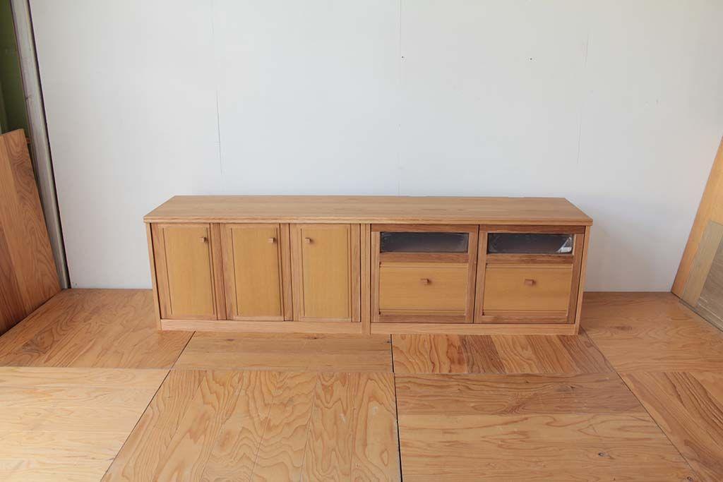 指定のスペースにぴったり収まるサイズのテレビボードに