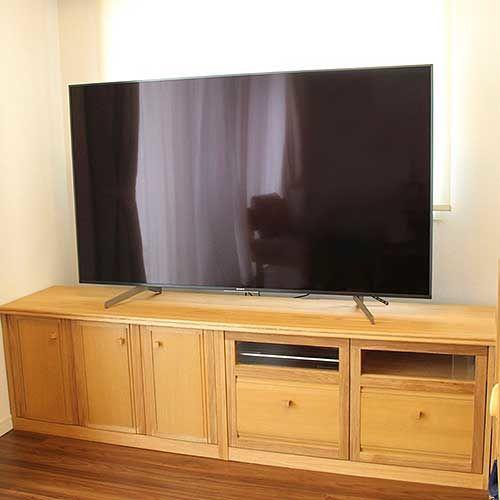 壁の間のスペースにぴったり収まるサイズで製作したテレビボード