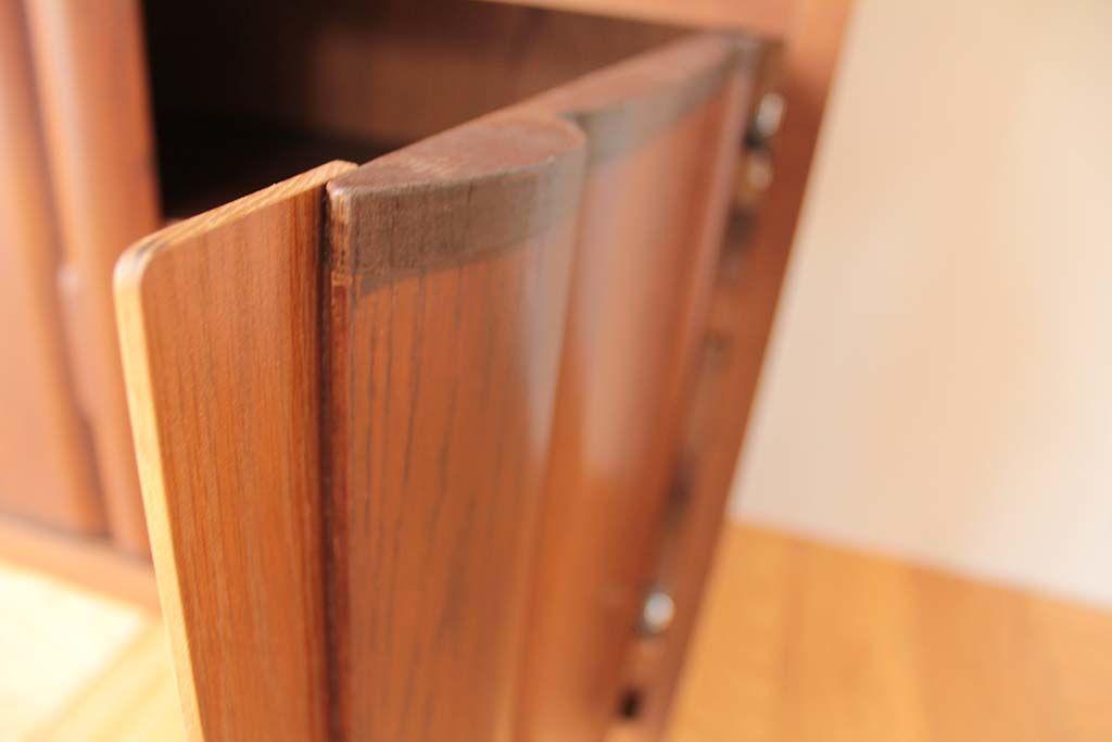 タンス扉の形状に合わせて縁に補強材を取り付けたテレビラックの扉