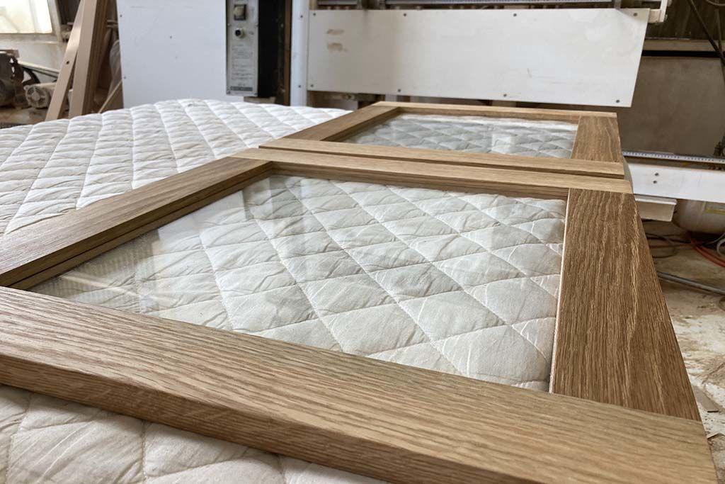 リメイクする家具と組み合わせる収納部のガラス扉のフレーム製作中