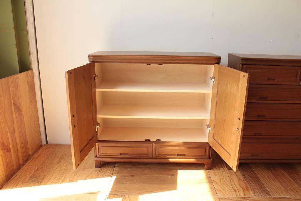 元の着物用収納棚を取り外し新たに棚板をつけたリメイク後のキャビネット