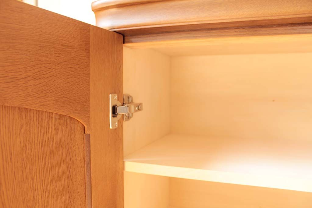 元の着物収納を取り外し内張りして仕上げたリメイクキャビネットの内部