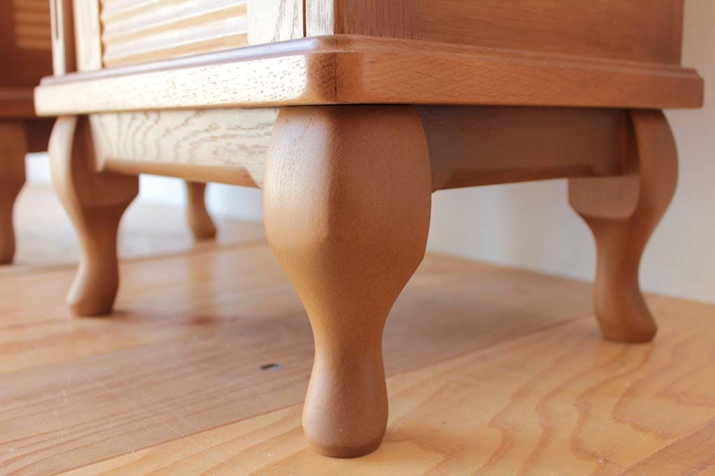 婚礼家具グローゼット扉から猫脚ナイトテーブル猫脚画像