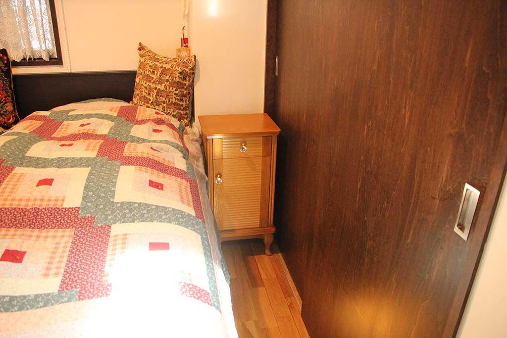婚礼家具グローゼット扉から猫脚ナイトテーブル2台へリメイクベッドサイド納品画像