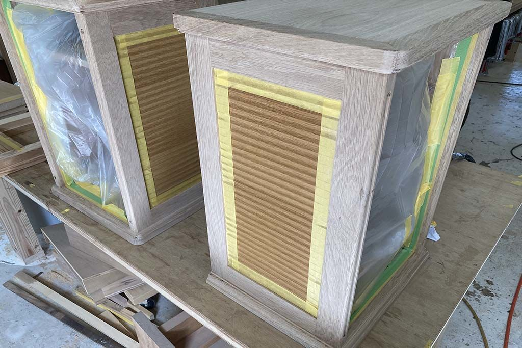 婚礼家具グローゼット扉から猫脚ナイトテーブル2台へリメイク本体塗装