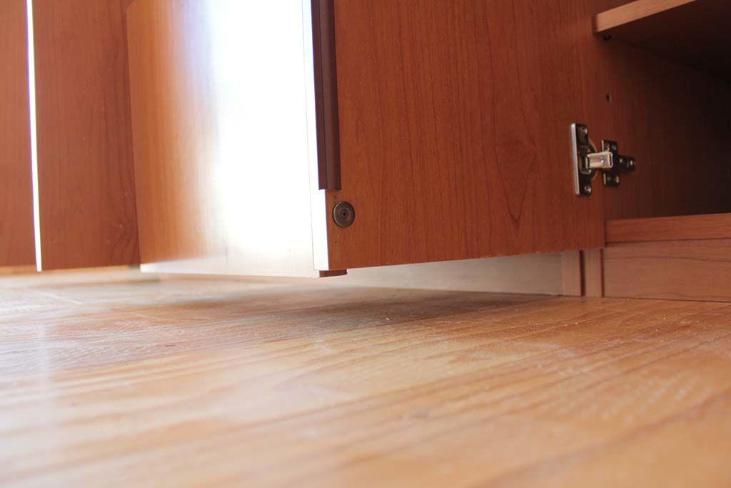 梁に収まるサイズに食器棚下部をカットリサイズリメイク