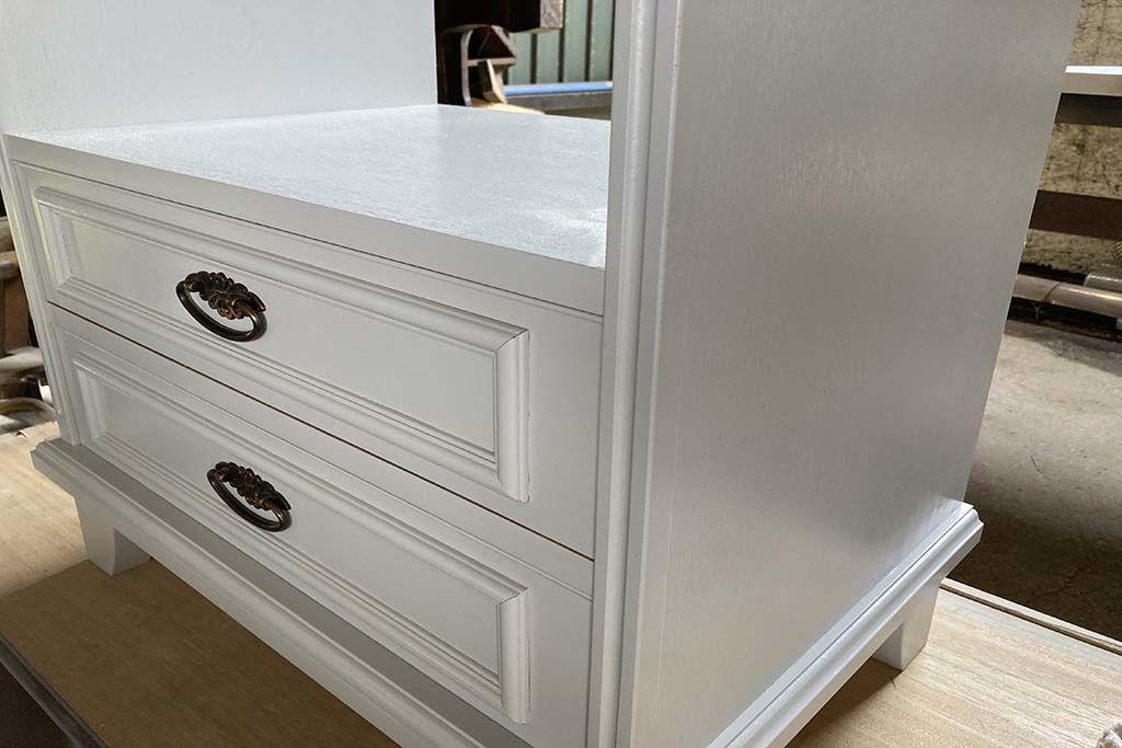 婚礼家具3枚扉クローゼットからホワイト電話台へリメイク白塗装作業中