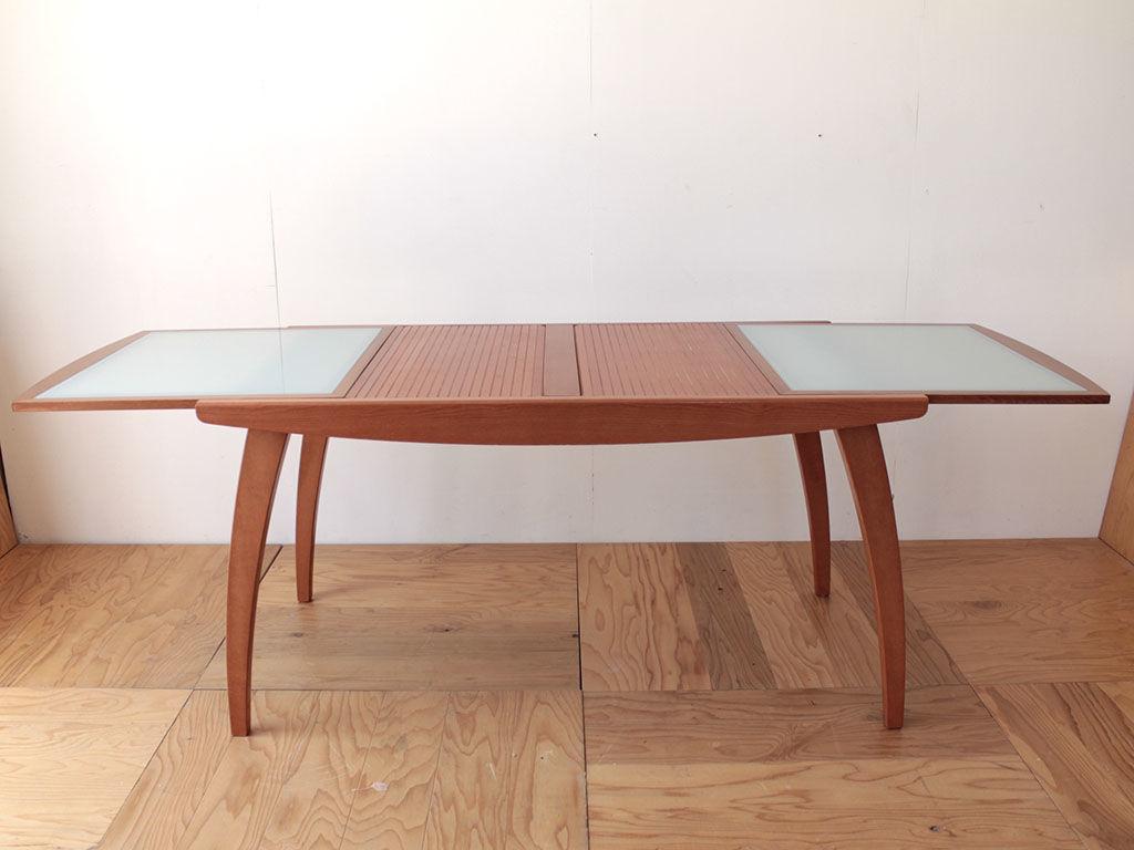 カリガリス製の天板が蛇腹伸長式になっているダイニングテーブル