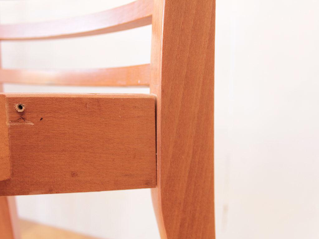 座面と背もたれの接合部分に隙間ができぐらついていたダイニングチェア