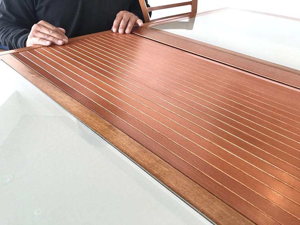 テーブルを綺麗に塗装をし直すためには分解して丁寧にサンディングしなければいけません