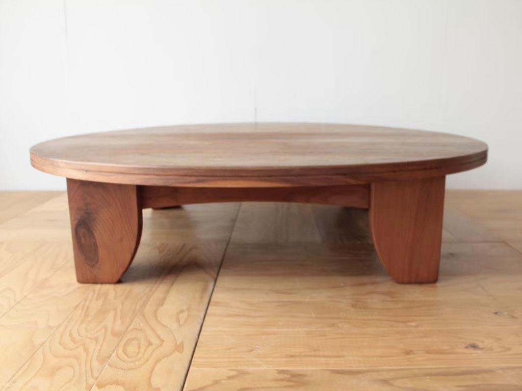 無垢ウォールナット材でできた直径140cmの大きな円卓