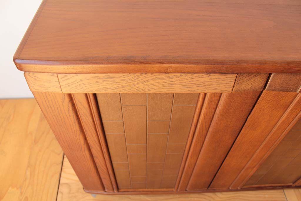 婚礼家具3枚扉クローゼットをリビングボードにリメイク扉に合わせた曲線天板