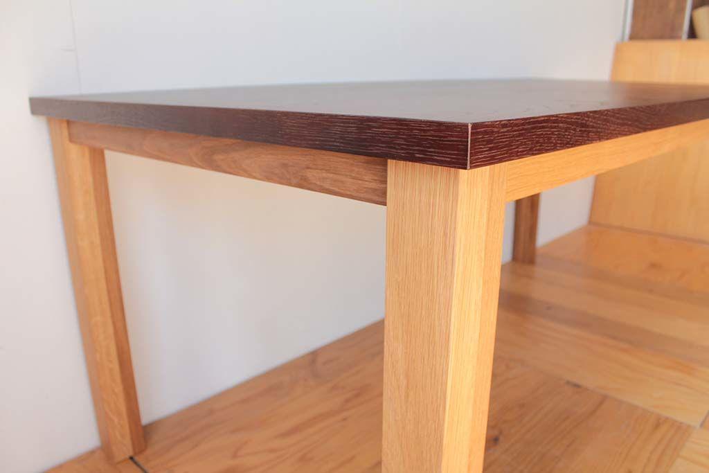 ダイニングテーブルオーク材の色のコントラスト