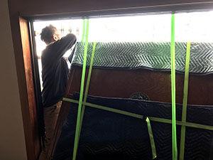 リメイクする家具を吊り降ろし搬出する様子