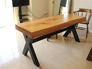 厚み10cm近くの無垢材天板を生かしたダイニングテーブル