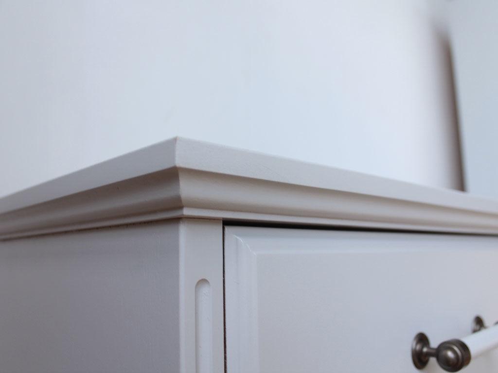 清潔感溢れる白塗装、控えめな飾り彫が美しいチェスト