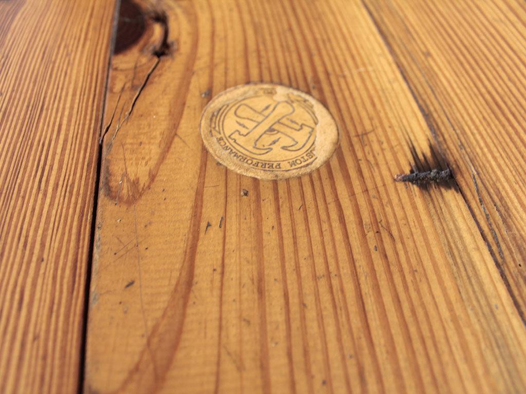 リメイクをご依頼いただいたカフェテーブルに貼られていたシール