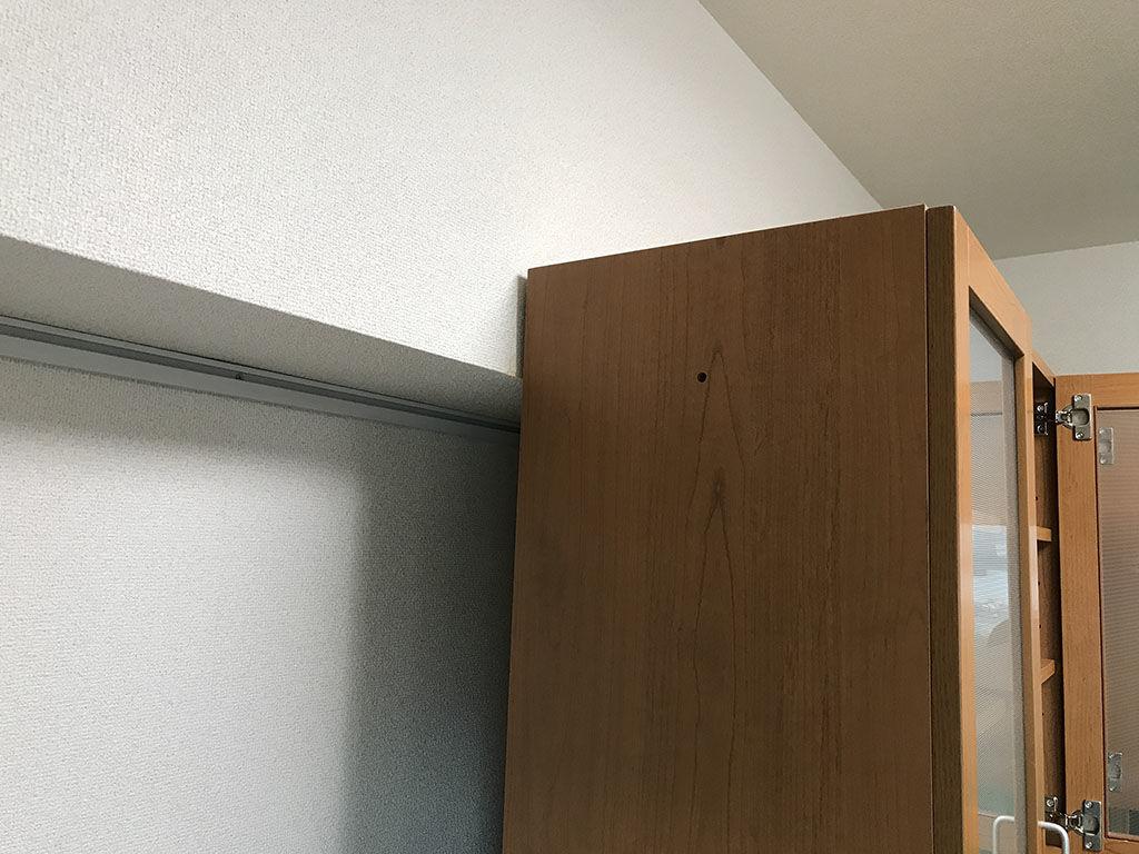 下り天井に当たり壁面にぴたりと設置できない食器棚