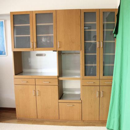 リメイクさせていただいた食器棚が設置場所にぴたりと収まった様子