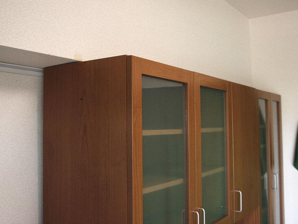 食器棚の天面が下り天井の下にぴったり収まりました